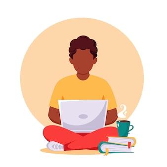 Homem afro-americano trabalhando em um laptop trabalho remoto freelance