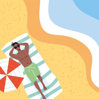 Homem afro na cena de férias de verão na praia