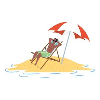 Homem afro relaxante na praia, sentado na cadeira e guarda-chuva