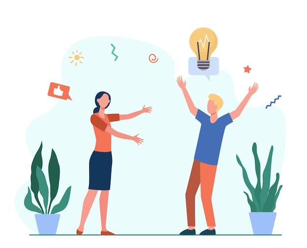 Homem alegre compartilhando uma nova ideia com um amigo