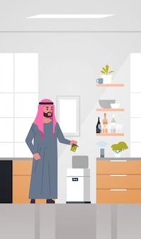 Homem árabe colocando lixo na lixeira eletrônica controlada