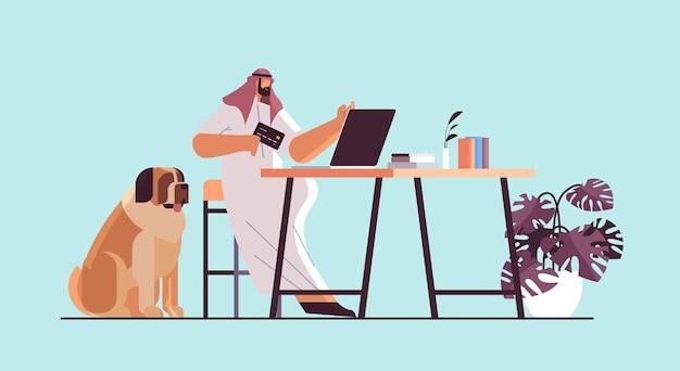 Homem árabe com cartão de crédito usando laptop conceito de compras online