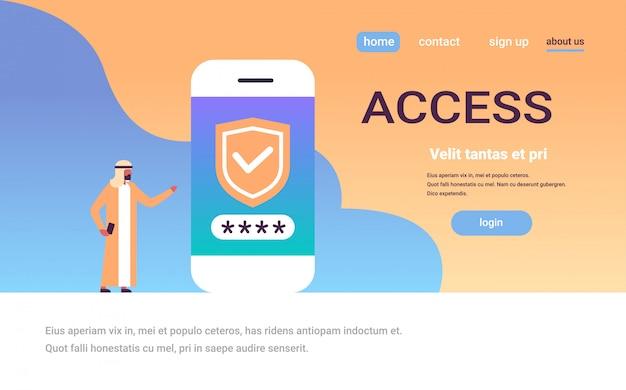 Homem árabe desbloquear smartphone verificação de senha segurança móvel app banner de acesso