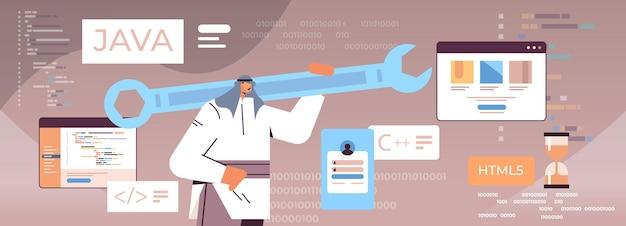 Homem árabe programador segurando a chave inglesa desenvolvedor otimiza engenharia de software, codificação, programação, teste, código, conceito, ilustração vetorial retrato horizontal
