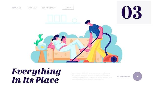 Homem aspirando o chão, mulher grávida com uma grande leitura da barriga no sofá. família esperando bebê, casal marido e mulher limpa página inicial do site, página da web. ilustração em vetor plana dos desenhos animados