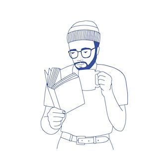 Homem barbudo pensativo com óculos, segurando a xícara, bebendo café e lendo um livro. retrato da mão de cara inteligente e elegante desenhado com linhas de contorno em fundo branco. ilustração monocromática do vetor.