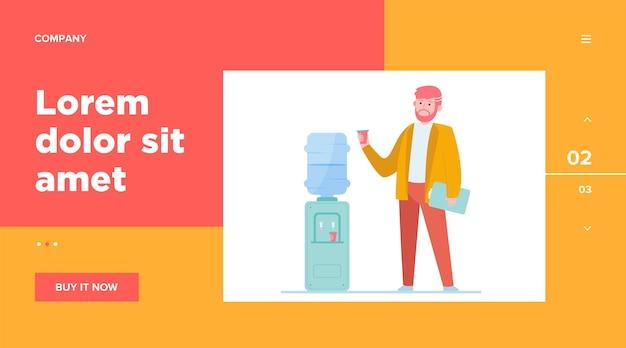 Homem bebendo água no refrigerador. empregado de escritório, trabalhador, modelo da web de pausa no trabalho