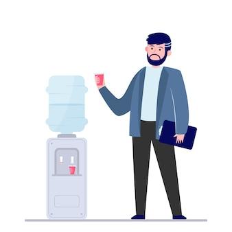 Homem bebendo água no refrigerador