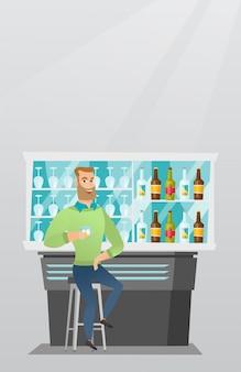 Homem caucasiano sentado no balcão do bar.