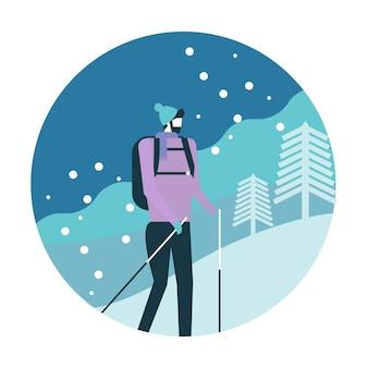 Homem com a trouxa que trekking nas montanhas.
