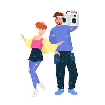 Homem com boombox e mulher vestindo roupas da moda no estilo dos anos 80. jovem casal vestido com roupas dos anos 1980. personagens engraçados, isolados no fundo branco. ilustração colorida plana dos desenhos animados.