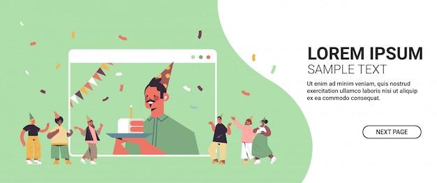 Homem com chapéu engraçado festivo comemorando festa de aniversário online cara feliz na janela do computador
