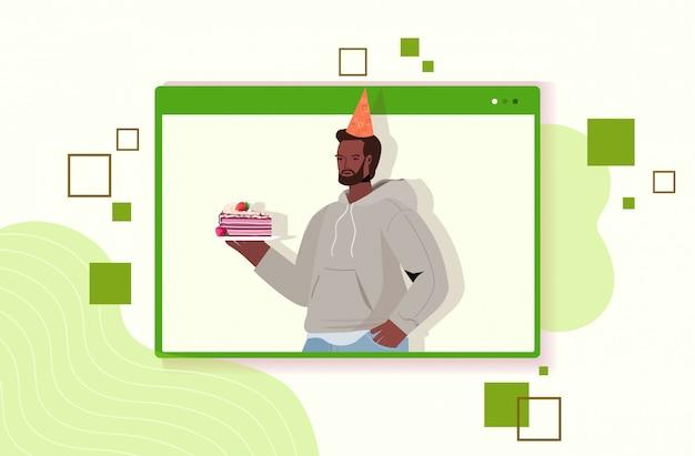Homem com chapéu festivo comemorando festa de aniversário online