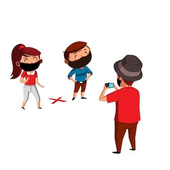 Homem com chapéu tira uma foto de homem e mulher com regra de distanciamento físico na nova normal