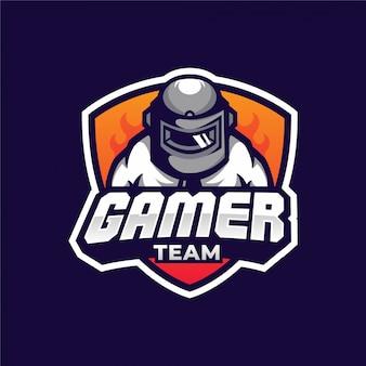 Homem com logotipo de equipe do capacete pubg gamer