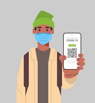 Homem com máscara segurando passaporte de imunidade digital com código qr na tela do smartphone sem risco covid-19 vacina contra pandemia certificado conceito de imunidade a coronavírus ilustração vetorial retrato vertical