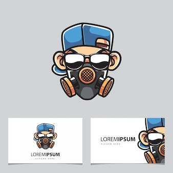 Homem com mascote de máscara de gás e cartões de visita
