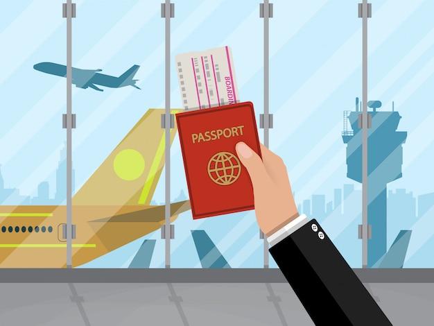 Homem com passaporte e passagem dentro do aeroporto