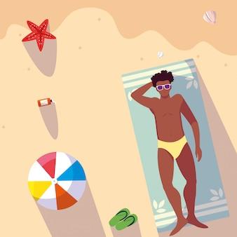 Homem com roupa de banho de bronzeamento na praia
