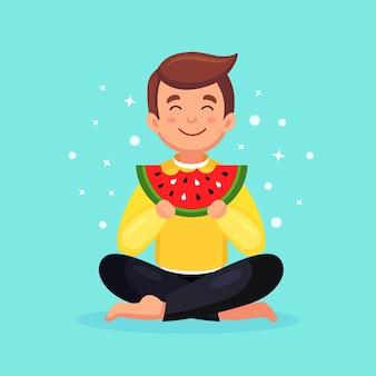 Homem comendo uma fatia de melancia. horário de verão, conceito de festa na praia