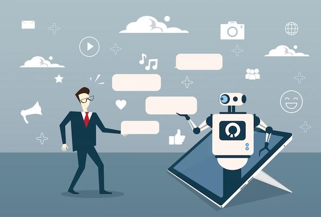 Homem, conversando, com, bate-papo, bot, de, digital, tabuleta, ou, célula, esperto, telefone, suporte digital, tecnologia