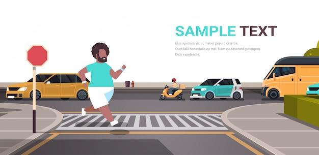Homem correndo cara correndo estrada de travessia ao ar livre na faixa de pedestres cidade urbana rua conceito masculino
