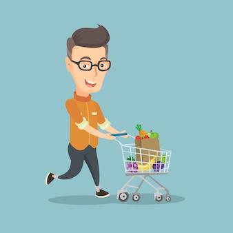 Homem correndo com um carrinho cheio de compras.