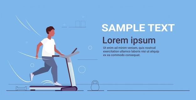 Homem correndo na esteira com sobrepeso esporte atividade cardio treinamento treino perda de peso conceito plana comprimento total horizontal