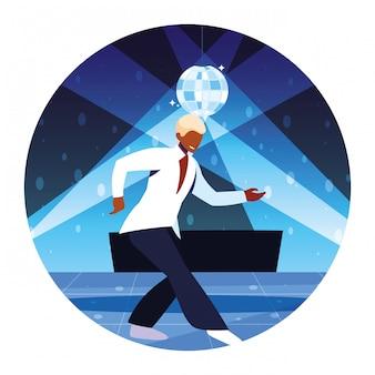Homem dançando em boate, festa, clube de dança, música e vida noturna