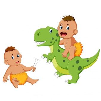 Homem das cavernas bebê está brincando com o dinossauro verde
