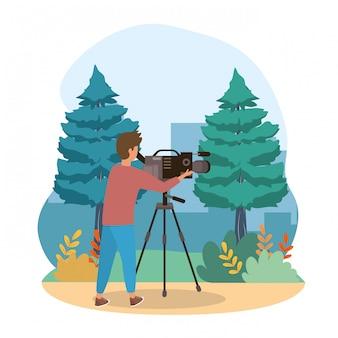 Homem de câmera com equipamentos de filmadora e árvores de pinheiros com arbustos