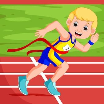 Homem de corredor, ganhando uma corrida