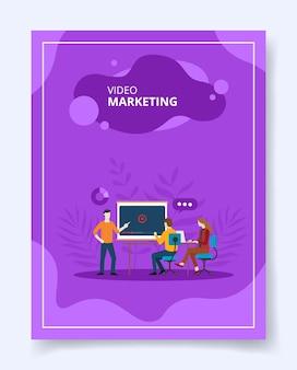 Homem de marketing de vídeo presente na tela do projetor