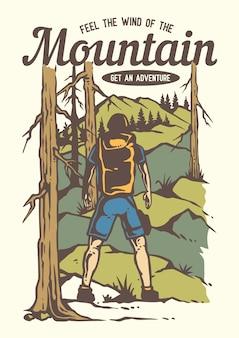 Homem de mochileiro trekking na floresta com bela vista para a montanha