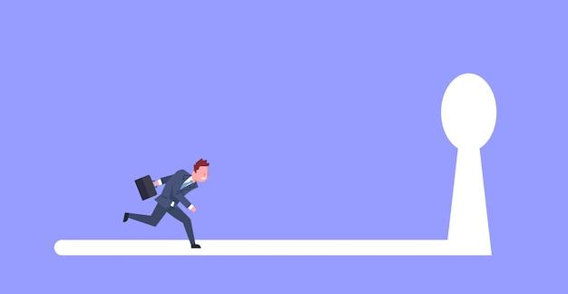 Homem de negócio que corre na luz chave do furo ao conceito futuro da oportunidade