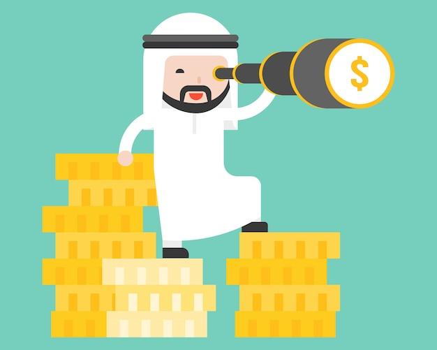Homem de negócios árabes fica na pilha de moedas de ouro
