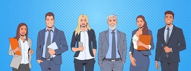 Homem de negócios bem sucedido e mulher sobre equipe de empresários de fundo colorido estilo retrô de pop art