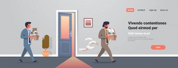 Homem de negócios, carregando caixa com coisas novo local de trabalho porta do escritório demitido frustrado