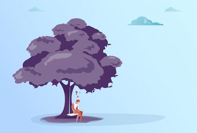 Homem de negócios com ponto de interrogação sit pondering sob conceito de problema de árvore