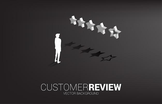 Homem de negócios da silhueta que está com a estrela da avaliação de cliente 3d.