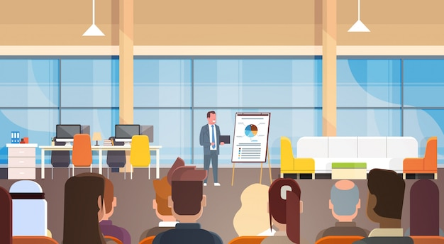 Homem de negócios, dando a apresentação ou relatório, reunião de formação na frente da equipe de empresários