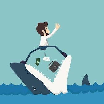 Homem de negócios de pé em mandíbulas de tubarão