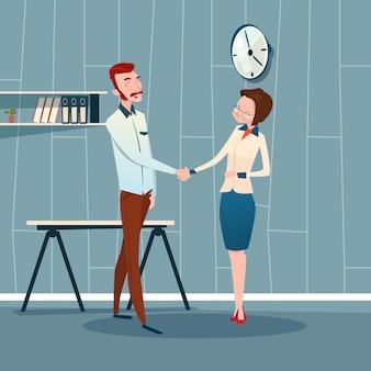 Homem de negócios e comunicação de contrato de aperto de mão de mulher
