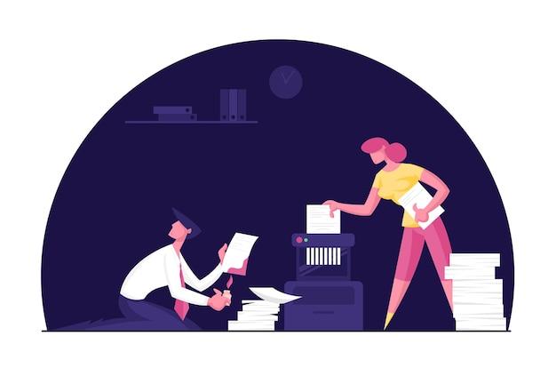 Homem de negócios e mulher de negócios sentados em um gabinete escuro de escritório colocam um documento em papel no triturador