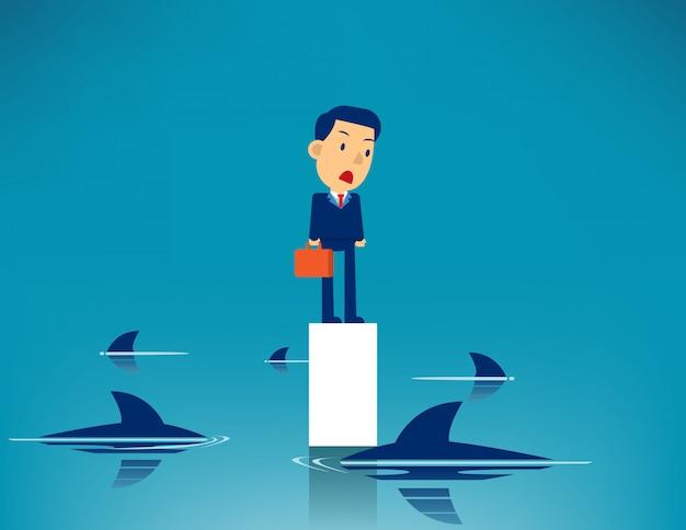Homem de negócios e tubarão cercado