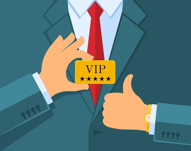 Homem de negócios em terno azul dar o polegar para cima o sinal e segurando um cartão vip. design plano.
