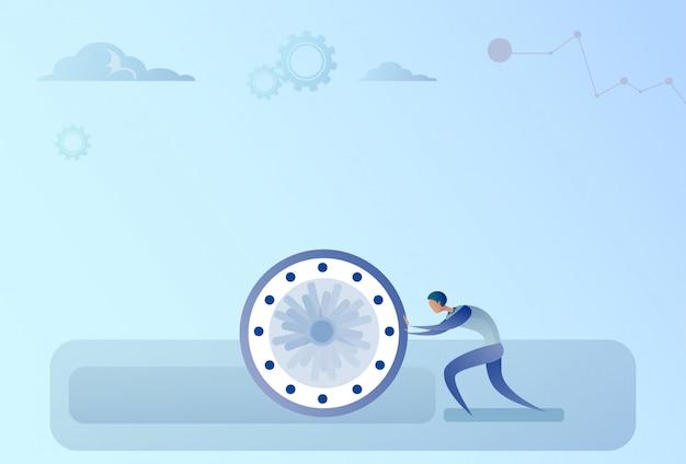Homem de negócios, empurrando o conceito de prazo de gerenciamento de tempo do relógio
