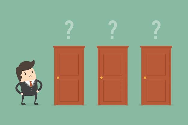 Homem de negócios escolhendo uma porta