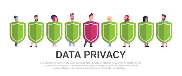 Homem de negócios espera escudo mistura raça equipe gdpr privacidade de dados