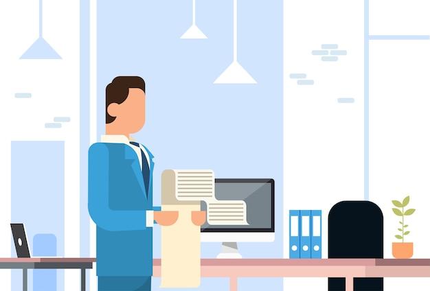 Homem de negócios espera longa lista lista papel escritório interior